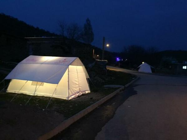 توزیع 100 چادر در منطقه زلزله زدە مریوان